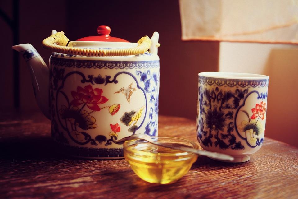 Pflanzliches Schlafmittel: Tee mit Honig